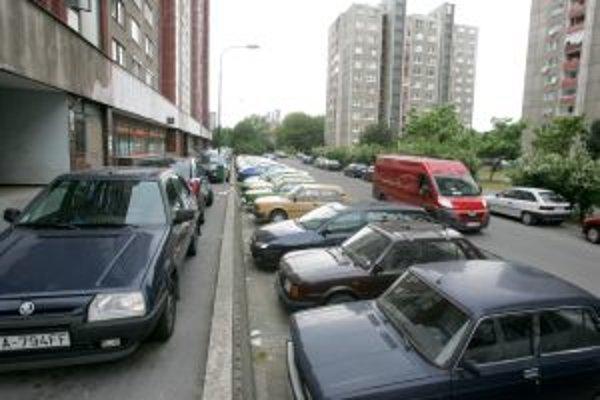 Parkovanie je nedostatkom nielen centra Bratislavy, ale aj sídliskových mestských častí.