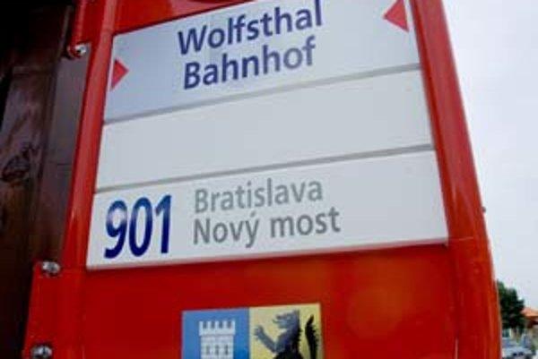 Bratislavčania sa sťahujú za bývaním aj mimo Slovenska. V rakúskom prihraničí už majú linku MHD – pôvodne mala jazdiť do Hainburgu, nakoniec pre problémy s úradným povolením ostal konečnou Wolfsthal.