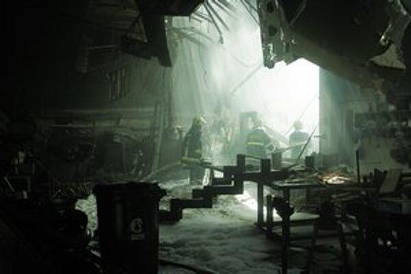 V areáli Matadoru horel sklad nábytku. Hasilo vyše 50 ľudí, okolie bolo plné hasiacej peny.