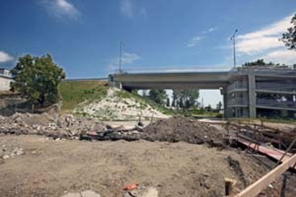 Cesta z mosta by mala pokračovať na estakáde. Val, na ktorom je teraz, chcú odstrániť.