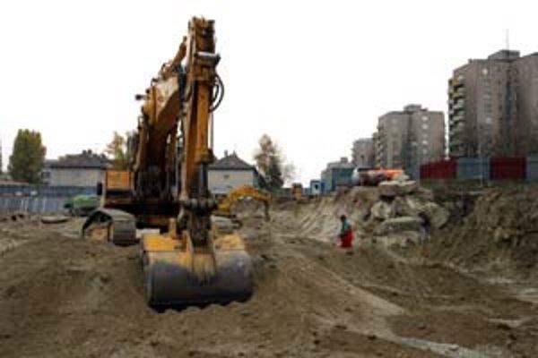 Nálezy munície z druhej svetovej vojny na stavbách sú stále častejšie. Na Mliekarenskej ulici, na miestach, kde dnes stoja novostavby, vyhrabal bager ešte v roku 2003 osem granátov aj bombu.