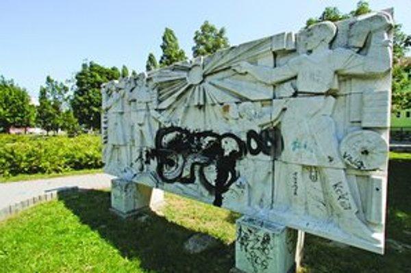 Mestská organizácia Paming sa stará o pamätníky, ktoré spadajú pod mesto. Jej pracovníci zisťujú poškodenia, pomníky čistia a dohliadajú aj na to, ako vyzerá okolie. Najväčší problém majú s vandalmi. Náklady na opravy závisia od škody. Čistenie posprejo