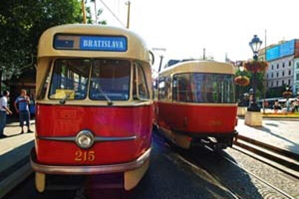 Historické vozidlá premávajú v rámci bratislavského Kultúrneho leta každý deň od 16.00 do 20.00 v hodinových intervaloch. Jazda je zadarmo.