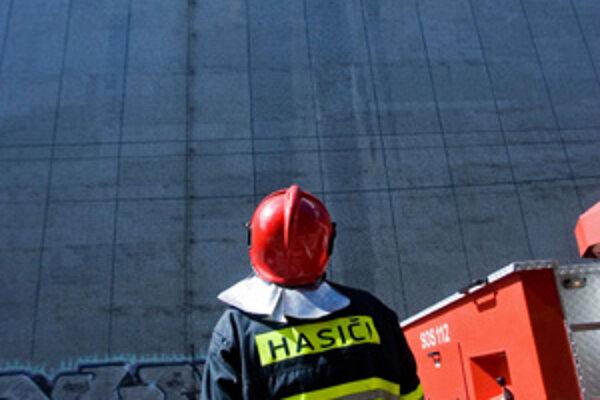 Prácu hasičov pri požiari Steinu komplikoval vietor.