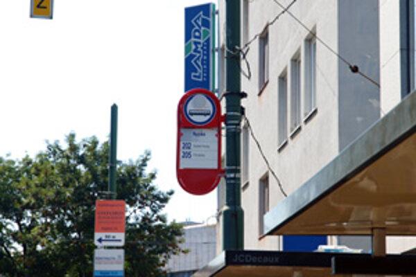 Kruhový reproduktor je umiestnený na informačnej tabuli s číslami trolejbusov.