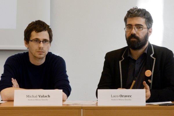 Na snímke zľava Michal Valach a Laco Oravec z Nadácie Milana Šimečku.