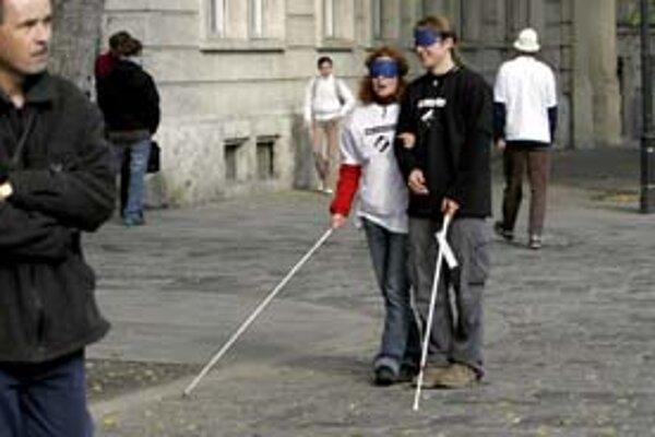 Priblížiť sa k tomu, čo nevidiaci zažívajú na ulici, ľudia skúšajú na akciách počas Dňa bielej pastelky.