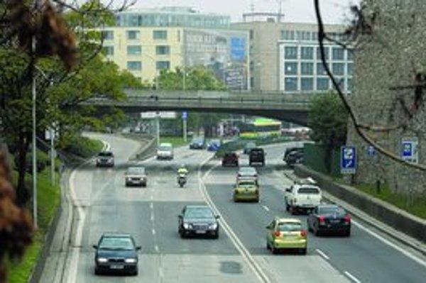 Denne prejde cez Dunaj 330-tisíc áut, 15 percent cez Staromestskú a Nový most.