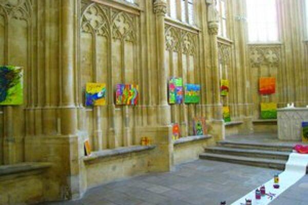 Počas vernisáže sa mohli návštevníci kaplnky prejaviť kreslením na rozvinutý pás papiera.