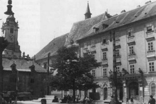 Uprostred šesťdesiatych rokov ešte rástla pred Starou radnicou prastará lipa.