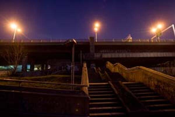 Vozovku na moste Lafranconi prudko osvetľujú lampy, lávky pre peších a cyklistov pod ňou sa však po zotmení ponoria do úplnej tmy. Ľudia si tu pod nohy svietia mobilmi.