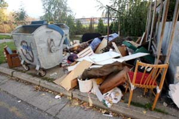 Skládky veľkorozmerného odpadu sa v Petržalke množia. Firma OLO už vyše roka nemá povinnosť ho odvážať.