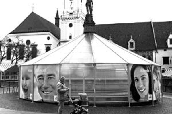 Mesto pôvodne tvrdilo, že zimné prikrytie fontán, ako je Rolandova na Hlavnom námestí, bude priehľadné. Teraz ju prekryli reklamné panely.