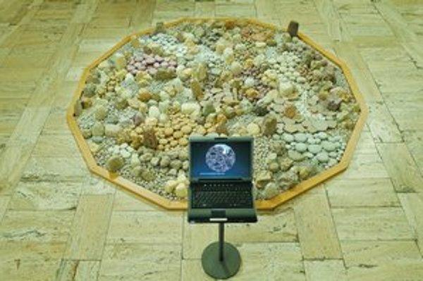 Virtuálna kamenná záhrada, 1995. Dvanásťuholníkové pole je zložené z niekoľkých tisícov umelých kameňov,vymodelovaných z papierovej hmoty kníh, časopisov a novín. Iluzívna zámena vonkajšej podoby znovu a inak rozkrýva komplikovaný vzťah prírody a symboli