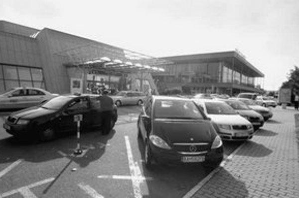 Nový parkovací dom, ktorý by mal podľa pôvodných plánov vzniknúť na letisku, ráta s kapacitou 600 boxov. Kedy vznikne a ako bude vyzerať, záleží od nového vedenia letiska.