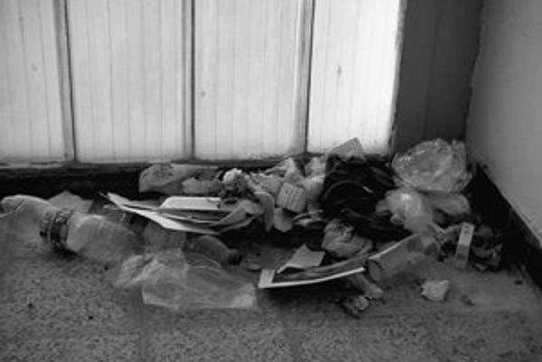 V Dome pre starších občanov na Rezedovej ulici prespávajú bezdomovci. Na schodiskách po nich ostávajú odpadky.