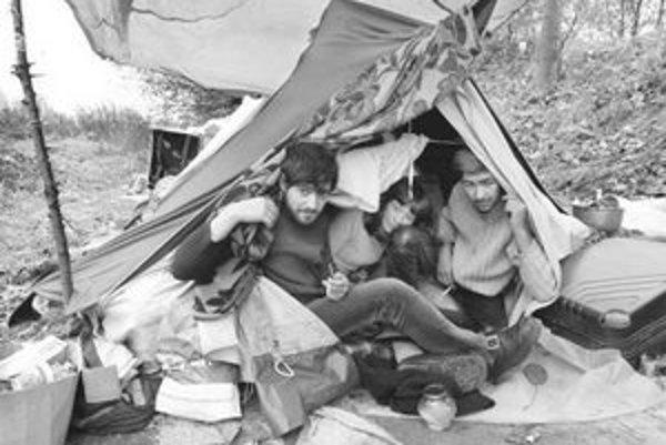 V priekope vedľa Slovnaftskej ulice už niekoľko mesiacov býva v provizórnych stanoch rodina siedmich bezdomovcov.