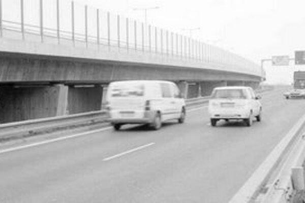 Na konštrukcii Prístavného mosta narušili neznámi páchatelia sieť káblovej spoločnosti, televízny signál vypadol tisícom ľudí v meste na takmer deväť hodín.