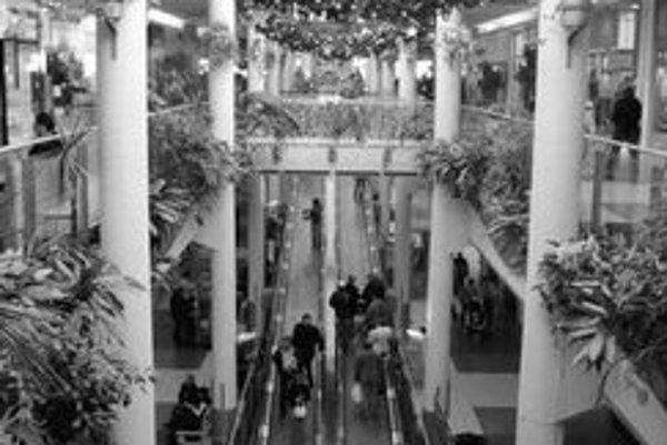 Pred sviatkami je v obchodných centrách čoraz viac návštevníkov. Ich počet navyšujú aj rakúski turisti, obchodné centrá sú u nich v nedeľu zatvorené.