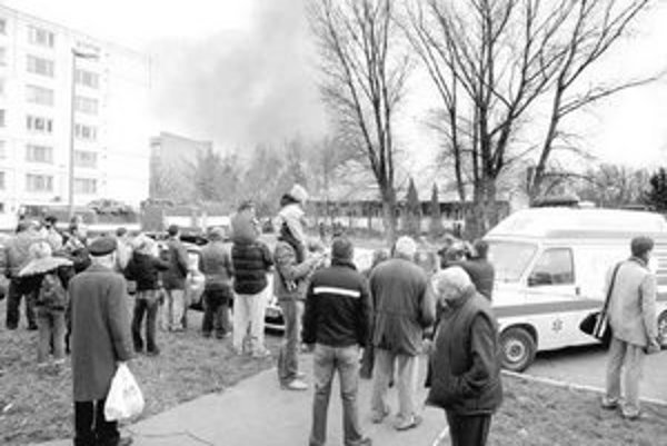 Zásah hasičov so záujmom sledovali desiatky Ružinovčanov. Oheň zachvátil budovu opustenej telocvične a fitnescentra v areáli Základnej školy na Borodáčovej ulici. Nikto nebol zranený.