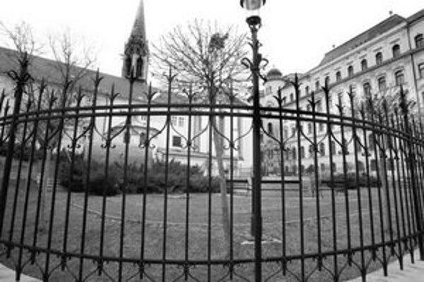 Úvahy o prípadnej stavbe na mieste záhrady na Uršulínskej zatiaľ zastavila negatívna odozva verejnosti a nechuť vlastníkov pozemok predať.
