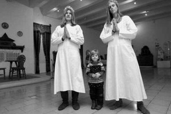 Členovia Združenia historického šermu Rádu svätého Galahada vítali deti v nebeských kostýmoch s krídlami.