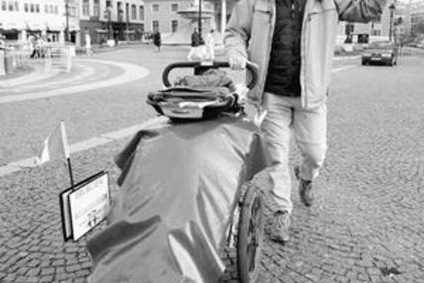 Jean Béliveau prešiel so svojím vozíkom už 40 krajín sveta. Z Kanady vyštartoval v lete 2000. FOTO SME – PAVOL FUNTÁL