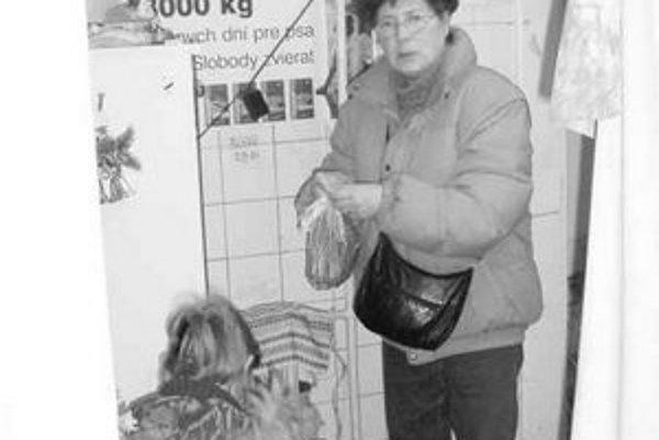 """Mária Kľúčiková chodí na Vianoce do útulku už roky. Nosí sem tašky so žrádlom, lopty a žuvacie tyčinky. """"Keby som mala dom, každého nájdenca by som si nechala,"""" hovorí."""