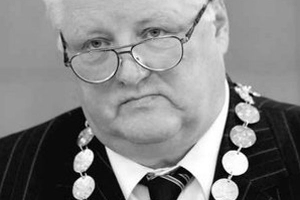 Napätá atmosféra je na miestnom úrade v Dúbravke. Zamestnanci nevedia, či ich nový starosta Ján Sandtner v najbližšom čase neodvolá.