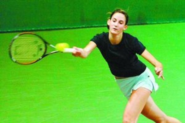 Sedemnásťročná Piešťanka Michaela Pochabová zatiaľ zvláda úlohu jednotky na turnaji Slovak Junior Indoor v Bratislave.