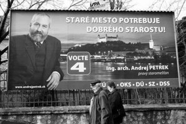 Jeden z billboardov ešte pripomína volebnú kampaň súčasného starostu Starého Mesta Andreja Petreka.