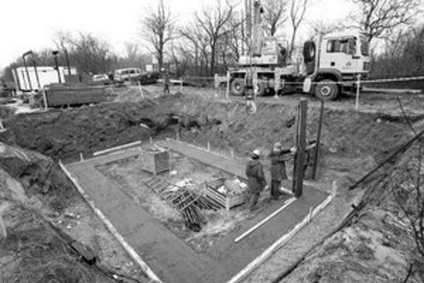 V Ivanke pri Dunaji začala výstavba výtlačného potrubia. Postupne sa na nový systém kanalizácie mali napojiť aj ďalšie obce a mestá Malokarpatského regiónu, ktoré doteraz využívali miestne čističky odpadových vôd.