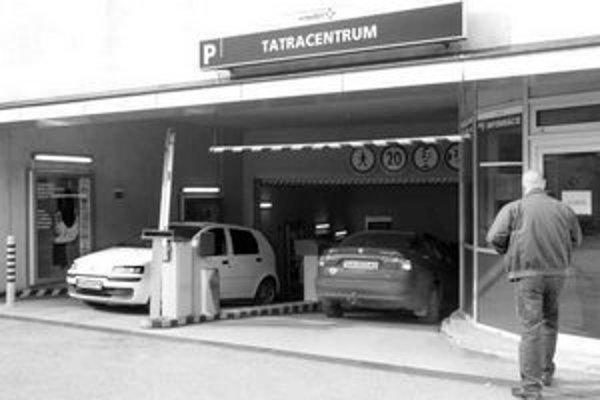 Podzemná garáž v Tatracentre má kapacitu 319 parkovacích miest. Prvých 15 minút sa tu môže stáť zadarmo, potom sa platí 60 korún za hodinu.