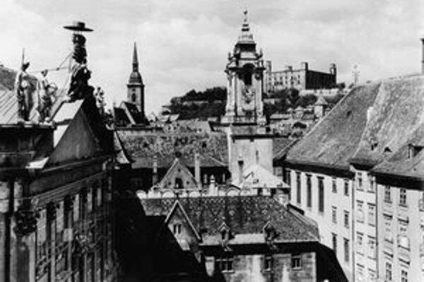 Karol Plicka: Pohľad z Primaciálneho námestia na Hrad začiatkom 60. rokov.