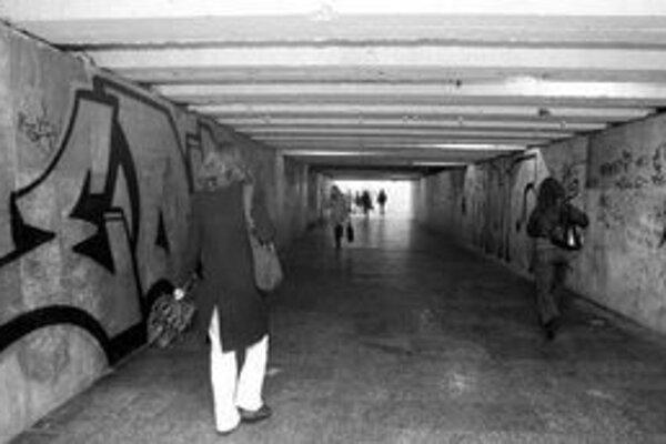 Podchod na Staromestskej očistili iba od vulgarizmov. Keď teplota stúpne nad 10 stupňov Celzia, odstránia aj graffiti.