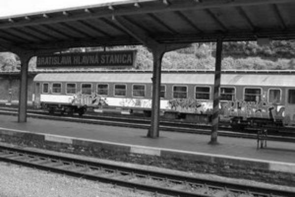 Vozne, ktoré poškodili sprejeri, sa nedajú opraviť čiastočne. Potrebujú nový kompletný náter, ktorý železničnú spoločnosť stojí niekoľko stotisíc korún. Najčastejšie sa graffiti objavujú na odstavených vozňoch v Bratislave.
