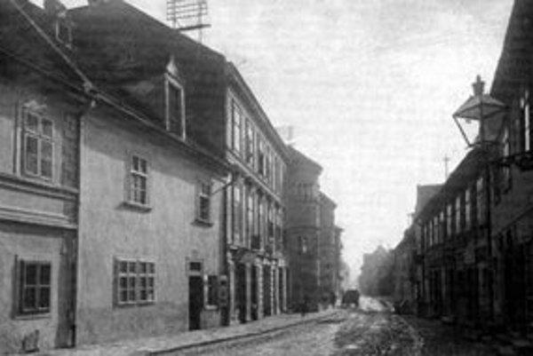 Hlavnou dopravnou tepnou podhradskej obce Zuckermandel bola dolná časť dnešnej Žižkovej ulice. Fotografia je urobená okolo roku 1900, keď ulica niesla meno Márie Terézie.