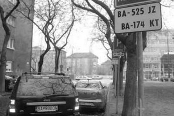 Vyhradené parkovanie spôsobuje v Dúbravke problémy.