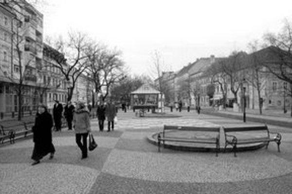 K pavilónu na Hviezdoslavovom námestí mal pribudnúť bar s verejnými toaletami v podzemí. Staromestskí poslanci zrušili rozhodnutie svojich predchodcov z vlaňajška. Zo sektbaru teda asi nič nebude.