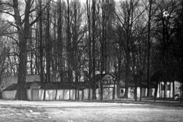 Po nekonečných diskusiách sa mesto v roku 1899 rozhodlo namiesto otvoreného divadla postaviť zastrešenú budovu. Prvé predstavenie sa v novej Aréne konalo 1. júna 1900.