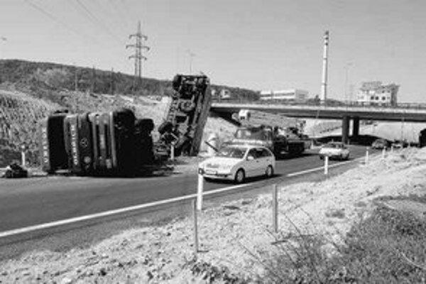 Prevrátený kamión vzbudzoval pozornosť, pri nehode sa nik nezranil.