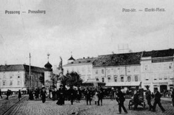 Pohľad na dolnú časť Námestia SNP pri vyústení Špitálskej ulice, asi v r. 1908, s barokovým stĺpom sv. Floriána (1732).