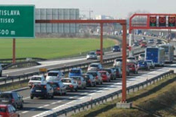 Historická poloha Bratislavy ako dopravného uzla je pre ňu zároveň nevýhodou. Štvorpruhová diaľnica už zďaleka nestačí.