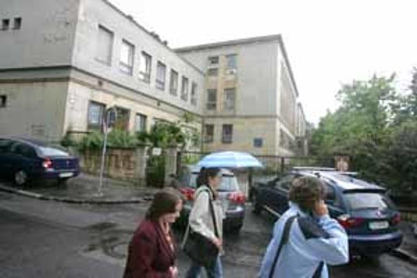 Jednou z budov, ktoré sa podarilo predať ešte bývalému vedeniu Fakultnej nemocnice, bola aj Klinika hematológie na Partizánskej ulici. Zatiaľ pustne.