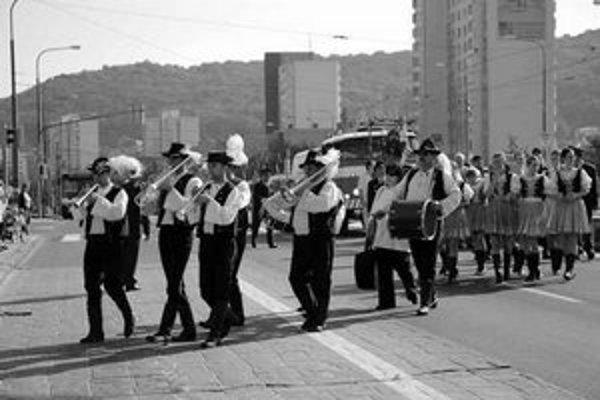 V septembri sa v Dúbravke vždy konajú hody. Nechýba hodový sprievod spred miestneho úradu a rozdávanie hrozna návštevníkom z veľkého strapca, ktorý dovezú na hasičskom aute.