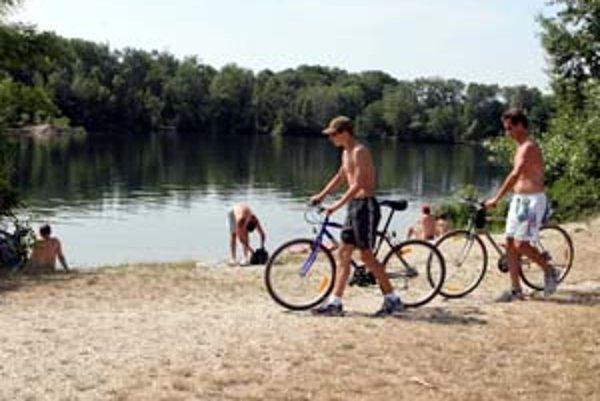 Starosta Rusoviec Dušan Antoš v miestnych novinách tvrdí, že mestská časť by chcela oddeliť nudistickú pláž pri jazere. Nekonkretizuje však ako.