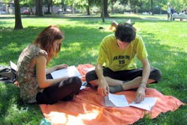 V Medickej záhrade sa na maturity pripravujú aj Katarína a Peter z Gymnázia na Pankúchovej. Berú to ako príjemnú zmenu, hoci častejšie sa chcú učiť dom