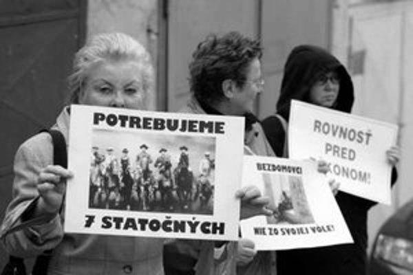 Obyvateľa, ktorého exekútor deložoval z bytu na Šulekovej 19, prišli podporiť ľudia s transparentmi.