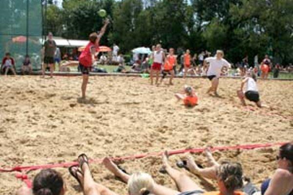 Ženskú časť turnaja v plážovej hádzanej na Štrkovci vyhrali Hysterky. Zábavu a relax si ale užili všetci účastníci.