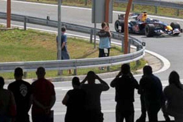Jazdu škótskeho pretekára Davida Coultharda si fotili a nakrúcali stovky zvedavcov. Po niekoľkominútovom prejazde sa pilot F1 sťažoval na zlú vozovku na mostoch.